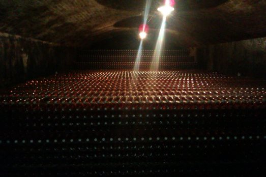 Una catasta di 35.000 bottiglie di For England rosé in maturazione